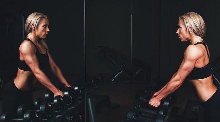 blond-kvinna-styrketränar-med-vikter