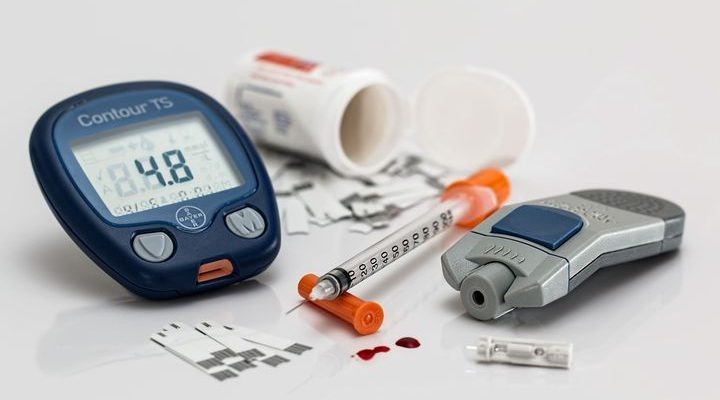 Blodscokermätare och diabetesspruta.