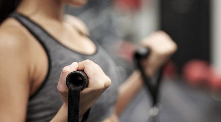 En person som tränar, närbild på armarna.