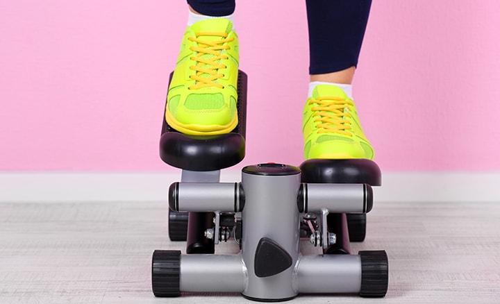 Person med gula skor på en trappmaskin.